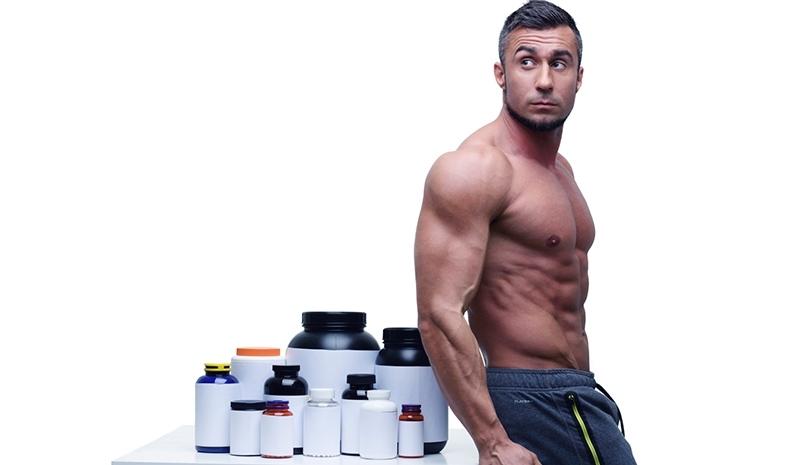 homem bebendo proteína
